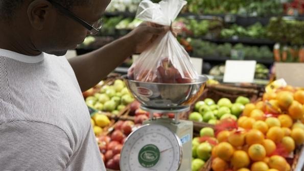 Com a alta da inflação, consumidores gastam mais com alimentação