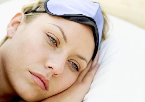 A falta de sono pode aumentar o estresse e cansaço, que são prejudiciais à pele. É durante a noite que as células se renovam, descansam, organizam suas funções, reparam e reequilibram os estragos do dia, como efeitos de sol, vento e poluição