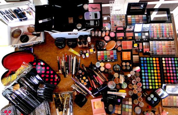Em geral pode-se observar o aspecto da maquiagem antes de aplica-la! Se o odor, a cor ou a textura estiverem alterados, não use.