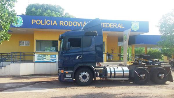 O veículo foi roubado no domingo (29) em Rondonópolis, e o verdadeiro motorista havia sido deixado amarrado e nú em um matagal