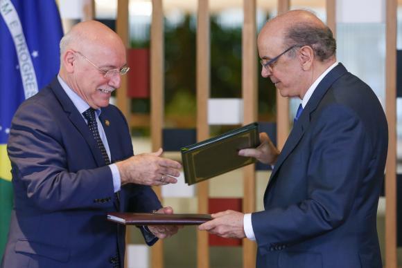 Os ministros das Relações Exteriores do Paraguai, Eladio Loizaga (E), e do Brasil, José Serra