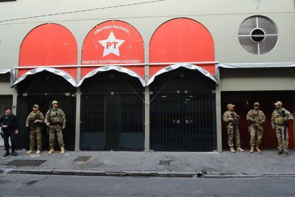 O presidente nacional do PT chegou à sede do partido em São Paulo por volta das 13h