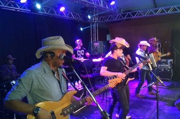 O Eco do Pantanal surgiu em 2000, mas foi após a gravação do primeiro CD, com a música Aroeira que consagraram a carreira artística dos cantores no Estado