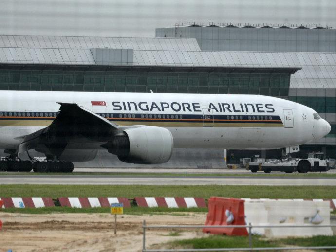 Avião da Singapore Airlines ficou com a asa carbonizada após incêndio no motor durante pouso de emergência