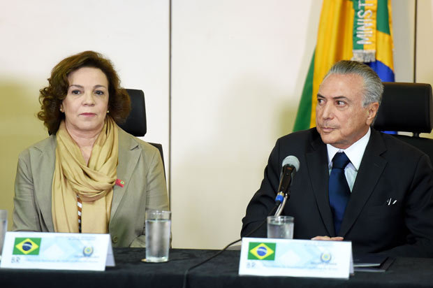 Ex-deputada Fátima Pelaes (PMDB-AP) ao lado de Michel Temer em evento em Brasília