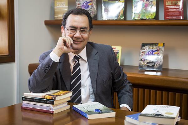 O psiquiatra, pesquisador e escritor Augusto Cury alcançou reconhecimento nacional e internacional como o autor mais lido da última década com mais de 50 mil leitores no Brasil