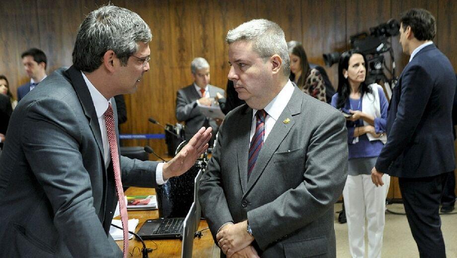 Lindbergh Farias (PT-RJ) conversa com relator Antonio Anastasia (PSDB-MG).