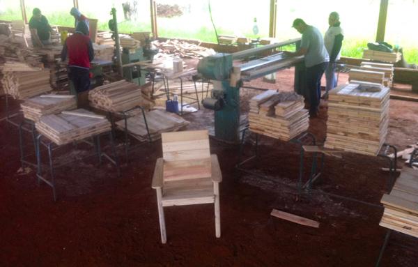 Espaço denominado de EcoLoja, idealizado por voluntários e voltado à comercialização de mobília ecológica, fica no Jardim Novos Estados