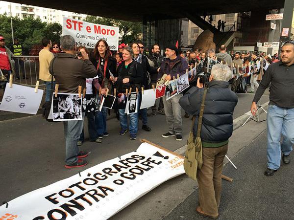 Milhares de pessoas se reúnem na Avenida Paulista em protesto contra o presidente interino, Michel Temer