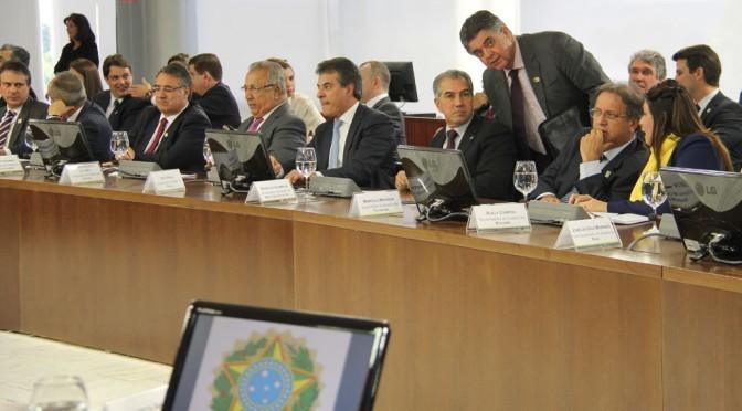Governador reinaldo Azambuja conversa com secretário Márcio Monteiro, durante reunião em Brasília com goevrnadores e Michel Temer