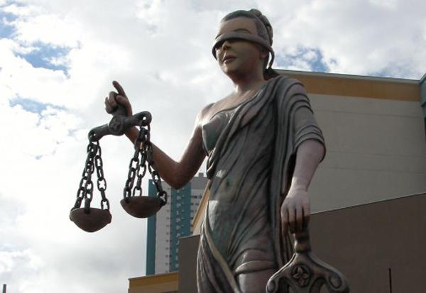 O juiz declarou ilegal o desconto efetuado condenando a seguradora e o banco a restituir em dobro os valores descontados, abatendo-se o valor já devolvido extrajudicialmente