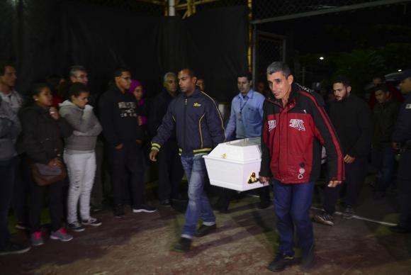 Corpo de vítima do acidente na Mogi-Bertioga chega para ser velado em São Sebastião
