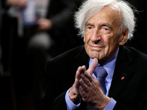 Wiesel e sua família foram enviados para o campo de concentração de Auschwitz em 1944, quando a Hungria foi invadida pela Alemanha