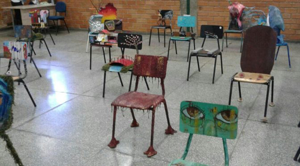 Estudantes transformam cadeiras de madeira (descartadas pelas escolas públicas) em objetos artísticos