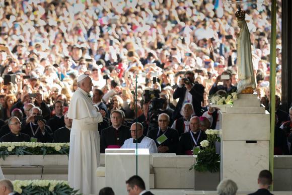 Papa Francisco chega ao Santuário de Fátima, em Portugal, para celebrar o centenário das aparições da Virgem Maria no local