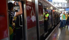 São Paulo - Torcedores embarcam no trem expresso da Linha 11-Coral da CPTM na Estação Luz em direção à Arena Corinthians para assistir ao jogo entre Brasil e Canadá. A disputa vale o bronze no futebol femin