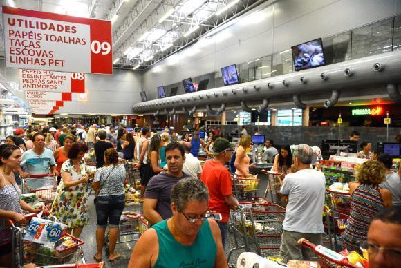Vitória (ES) - Supermercados lotados com filas nos caixas e na entrada funcionam com horário reduzido (Tânia Rêgo/Agência Brasil)