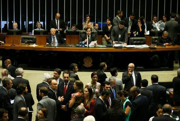 Brasília - Deputados fazem sessão para votar Medida Provisória 752/2016, no plenário da Câmara (Marcelo Camargo/Agência Brasil)