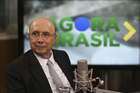 Brasília - O ministro da Fazenda, Henrique Meirelles, fala sobre as propostas da reforma previdenciária e trabalhista em tramitação no Congresso, durante entrevista ao programa Agora Brasil, na NBR, canal de TV da
