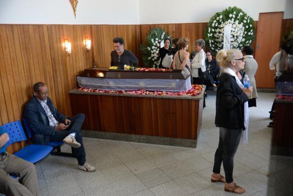 Rio de Janeiro - Familiares e amigos despedem do ator Nelson Xavier, no Cemitério do Caju, na zona portuária da capital fluminense (Tomaz Silva/Agência Brasil)