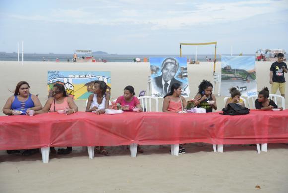 Rio de Janeiro - Moradores de comunidades participam de almoço pelo Dia das Mães nas areias da praia de Copacabana como forma protesto contra a insegurança nas comunidades onde vivem (Tomaz Silva/Agência Brasil)