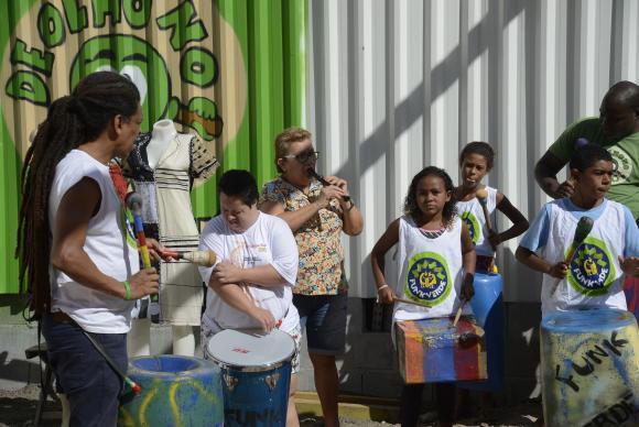 Rio de Janeiro - Projeto De Olho no Lixo capacita moradores da comunidade da Rocinha para o reaproveitamento de resíduos sólidos na construção de instrumentos musicais e peças de vestuário. (Tomaz Silva/Agên