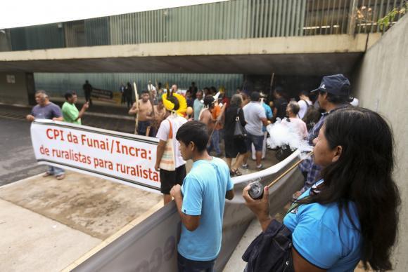 Brasília - Índios fazem protesto contra a Comissão Parlamentar de Inquérito da FUNAI, na Câmara dos Deputados (Marcelo Camargo/Agência Brasil)