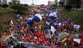 Brasília - Manifestantes protestam contra as reformas da Previdência e trabalhista e e por eleições diretas (Marcelo Camargo/Agência Brasil)