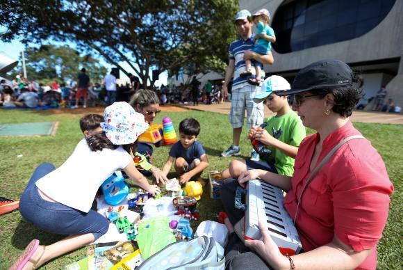 Brasília - Karina Ribeiro (à direita), levou os filhos para a feira de troca de brinquedos durante o Dia Mundial do Brincar, no CCBB ( Marcelo Camargo/Agência Brasil)