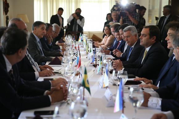 Brasília - O governador do Distrito Federal, Rodrigo Rollemberg, coordena os trabalhos do Fórum Permanente de Governadores, em reunião na Residência Oficial de Águas Claras (José Cruz/Agência Brasil)