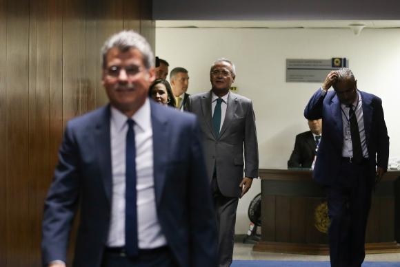 Brasília - Jucá e Calheiros, após reunião em que senadores peemedebistas decidem manter Renan Calheiros na liderança do partido no Senado (Fabio Rodrigues Pozzebom/Agência Brasil)