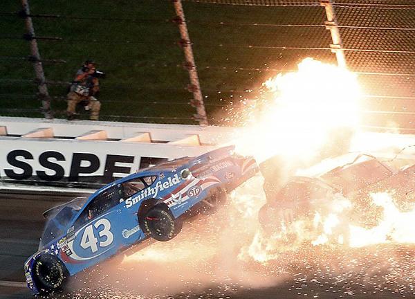 O carro de Danica Patrick foi tomado por chamas
