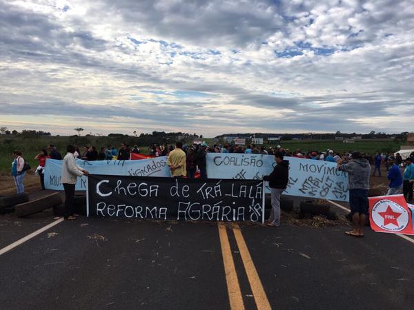 Participam do ato cerca de 40 manifestantes