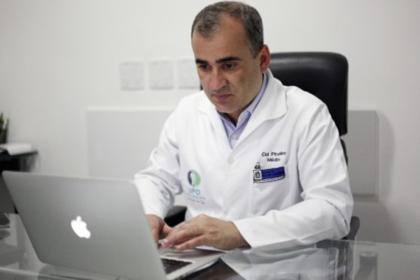 Médico-cirurgião brasileiro Cid Pitombo, especialista em estudos de obesidade