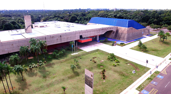 Está localizado no Parque dos Poderes, em uma das maiores reservas ecológica e urbana do Centro-Oeste