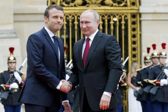 O presidente francês, Emmanuel Macron, recebe o chefe de Estado russo, Vladimir Putin, no Palácio de Versalles, próximo a Paris