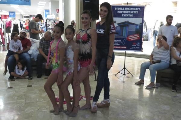 """Com o tema """"Mamãe, meu ninho protetor"""", as ginastas Ianka Soares, Isabela Isidoro e Gabriela Isidoro, fizeram sua apresentação na Praça Central do estabelecimento"""
