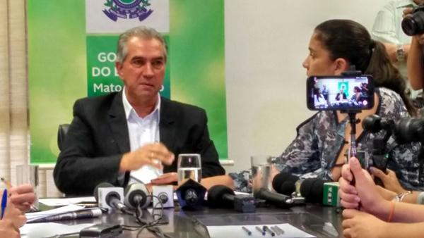 Reinaldo Azambuja (PSDB) chorou ao falar sobre a vida pública durante coletiva de imprensa nesta segunda-feira (22)
