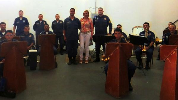 Para efetivar a parceria, a equipe da banda da Guarda Civil Municipal de Campo Grande recebeu a visita da coordenadora do setor de Incubação, Gestão e Assessoria de Empreendimentos Solidária da UFMS