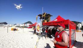 Bombeiro pilota drone que será utilizado para auxiliar salvamentos nas praias cariocas neste verão