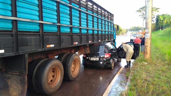 Carro ficou preso debaixo de caminhão e foi arrastado por 54 metros