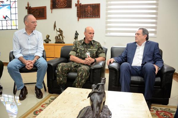 Prefeito Peluffo, comandante Menandro e senador Moka tratam da doação da área