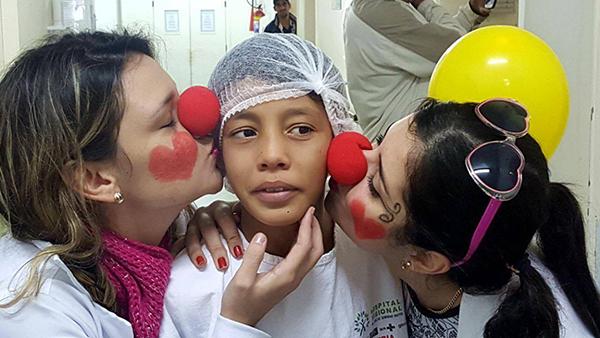 Pacientes do Hospital Dr. José de Simone Netto receberam uma visita surpresa  de alunos de medicina brasileiros e paraguaios