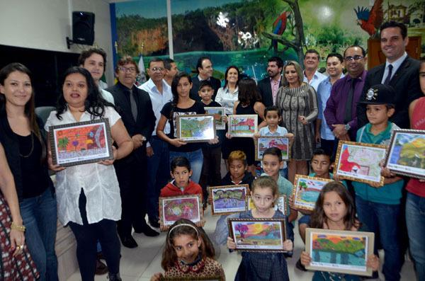 Na solenidade foram entregues aos estudantes, que tiveram seus desenhos selecionados, as pinturas em um quadro