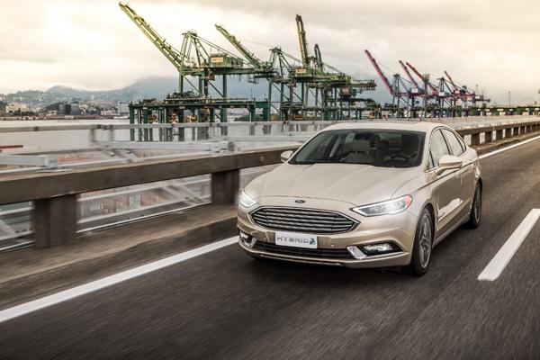 A direção agressiva, com excesso de velocidade, acelerações e frenagens bruscas, pode aumentar significativamente o gasto de combustível