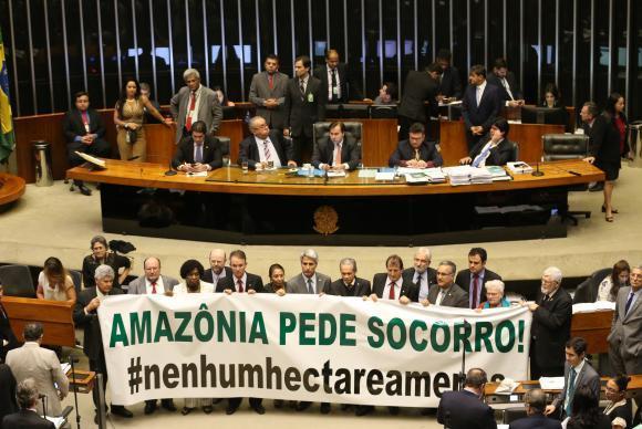 Brasília - Oposição abre faixa de protesto durante sessão da Câmara dos Deputados que aprovou a MP 758/16 que reduz limites de floresta nacional no Pará (Antonio Cruz/Agência Brasil)