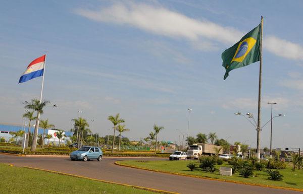 O corpo foi encontrado na avenida Internacional, que divide o Brasil e o Paraguai