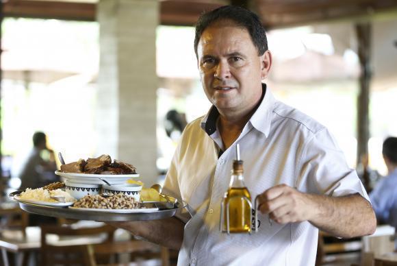 """Para o garçom Antônio Marcos da Silva, a lei é uma coisa boa, """"pois o combinado não sai caro"""""""