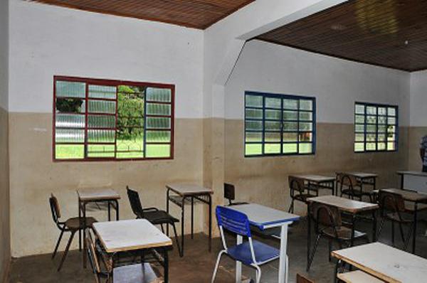 Cada sala de aula só possui a iluminação de uma lâmpada
