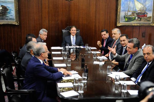 Governadores discutiram com o presidente do Senado, Eunício de Oliveira, medidas para aliviar a crise financeira dos estados, em encontro realizado no mês de fevereiro